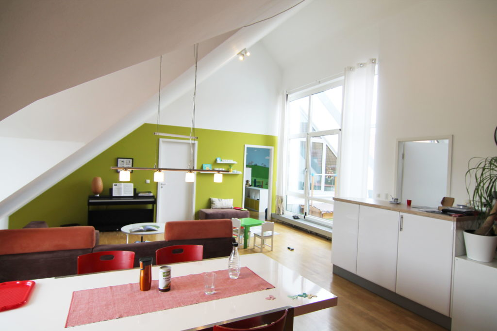 aussergew hnliche dachgeschosswohnung riesige 4 zimmer mansarden wohnung mit dachterrasse. Black Bedroom Furniture Sets. Home Design Ideas